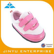 sonajero bebé del niño del zapato