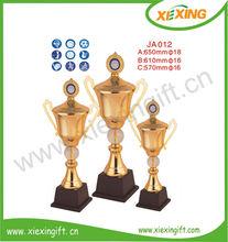 venta al por mayor 2014 personalizada en blanco de oro de metal trofeo deportivo