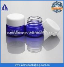 frasco de vidrio azul cobalto vacío con tapa de plástico