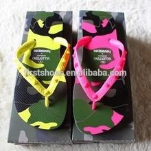 Marca moda de playa zapatos remaches chanclas zapatillas de la mujer sandalias camuflaje colores del caramelo Unisex tamaño