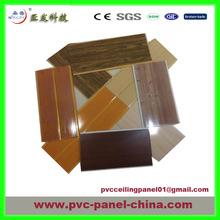el panel de pvc para la pared y el techo de madera de diseño agradable de color