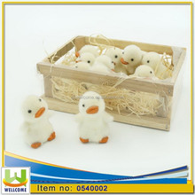Polyresin Craft 12pcs flocking duckling in a wooden case of straw
