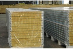 Polyurethane foam sandwich panel with different colored