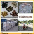 un grado de guijarros de piedra natural
