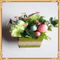Flores de papel artificiais em vasos decorativos