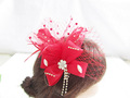 Accesorio nupcial floral de pelo con pluma