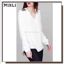 Blusa asimétrica con bordado y cuello en V de blusas