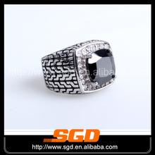 zircón anillo con piedra negro