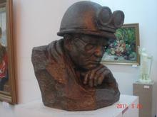 Bronze famous worker sculpture with glasses for souvenir