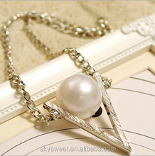 exaggerated V pearl triangle necklace, triangle pendant necklace