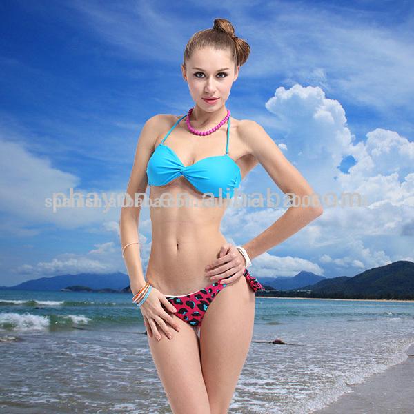 Joven bronceada chica con una figura perfecta En la playa