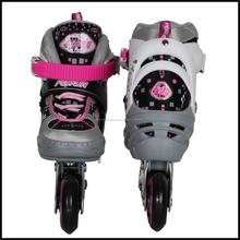 ragazzi a quattro lampeggiante ruote pattini a rotelle