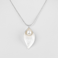 2015 Latest Most Popular Matt Silver Leaf Pendant Chain Necklace Pearl Necklace Design