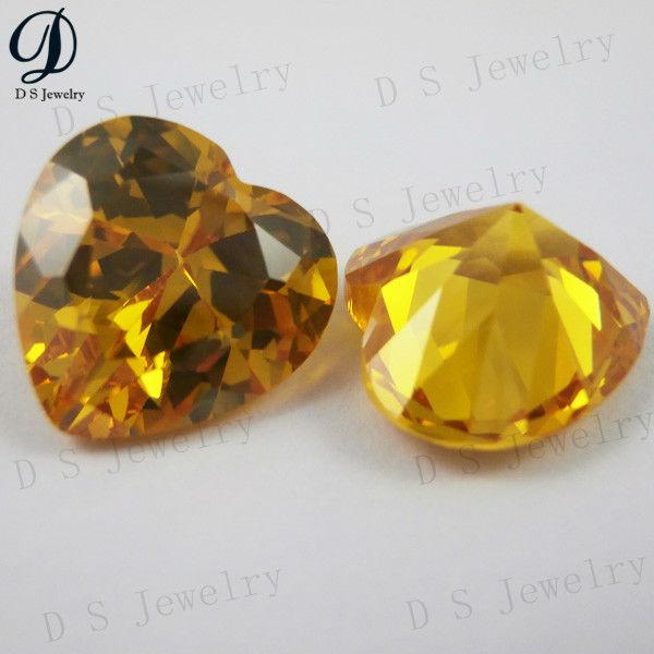 En forma de corazón brillante piedras preciosas de color amarillo