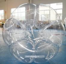 pelotas inflables persona en el interior