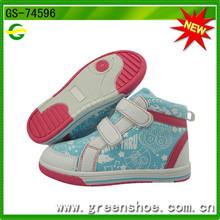 Popular modelo botines de lona para bebé