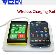 La carga de dos teléfonos móviles plataforma de carga inalámbrica