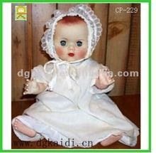 plástico barato de la muñeca con el vestido