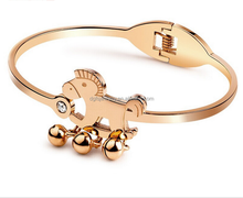 Newest nice openrable wholesale 316L stainless steel jingle horse bangle for young people