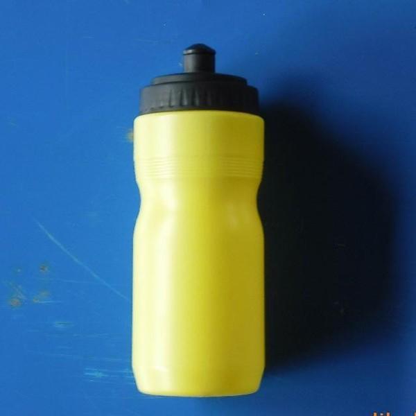 Refeitório com copo de água de plástico
