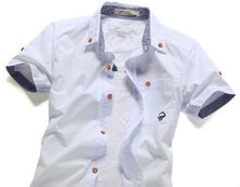 Camisa blanca ocasional del muchacho