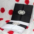 2014 de lujo de la boda de seda invitación caja con broche