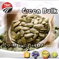 Verde orgânico abóbora em massa sementes crus
