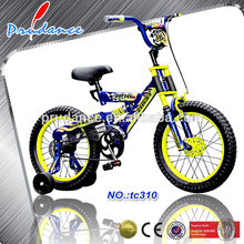 bicicleta que se puede manejar en patio, carretera bajo la supervisión de los adultos bicicleta