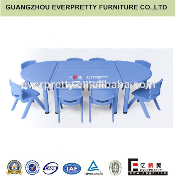 Muebles para el vivero, los niños de plástico de mesa y una silla
