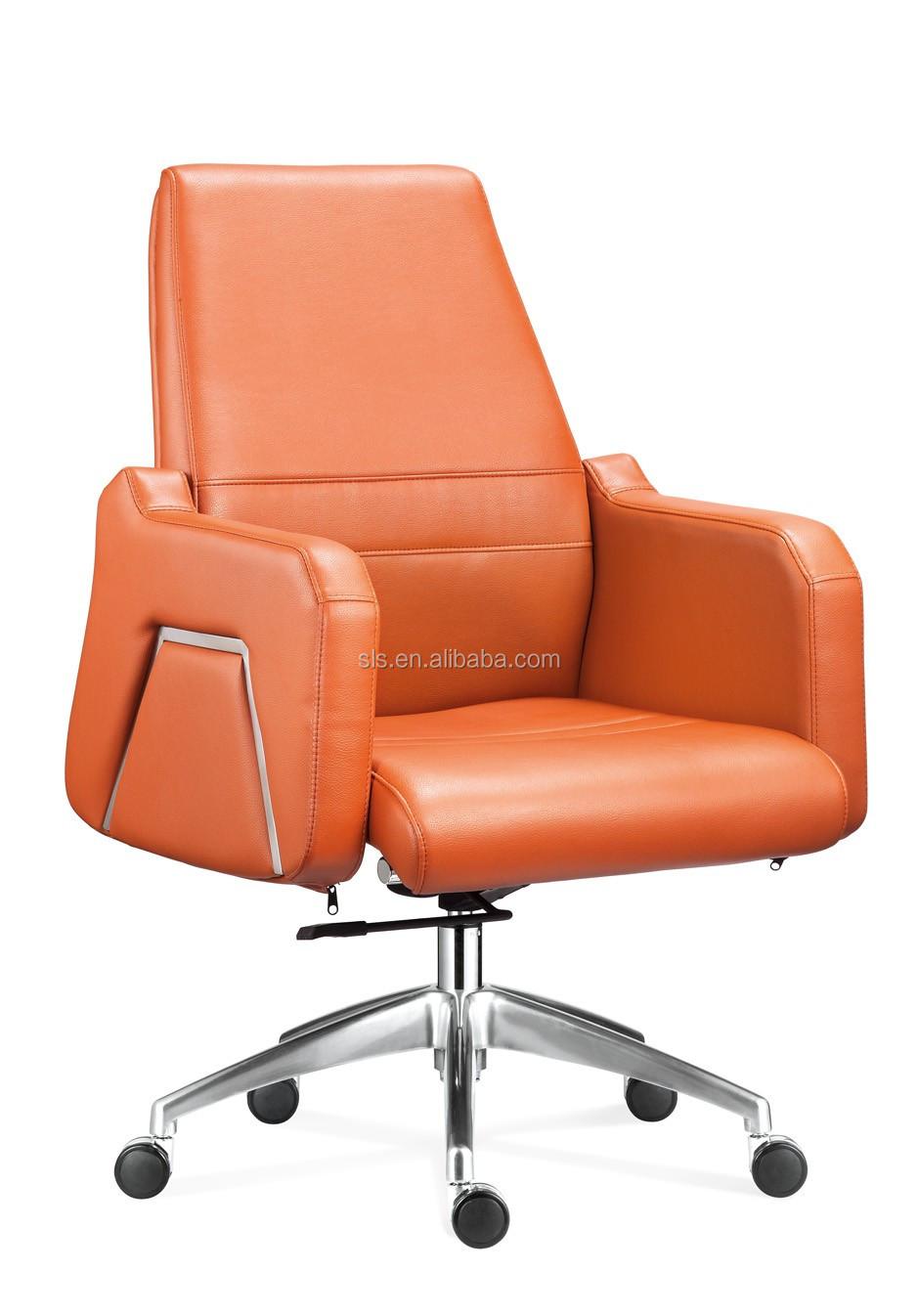 Une petite pute brune baise sur une chaise de bureau