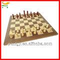 Medio- de tamaño de madera hechos a mano tablero de ajedrez con piezas de ajedrez