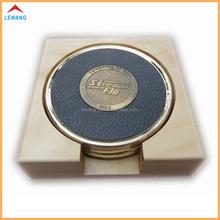 Venta al por mayor de oro ronda de latón Set Coaster con Debossed logo, alta calidad de cuero de la Pu de la montaña de Metal