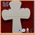Crucifixo de madeira pendurado na parede