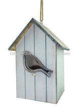 Casa de madera del pájaro que cuelga