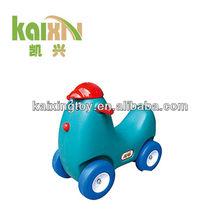 Mono coche plástico de juguete con mangas para los niños