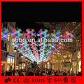 al aire libre de construcción de navidad decorado con motivos luces blancas con luces de red