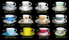 drinkwareถ้วยกาแฟและจานรองเมลามีนบนโต๊ะอาหาร