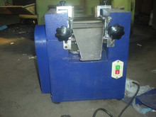 Three-roller grinding machine for high viscosity or paste materials