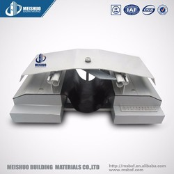 Concrete roof exterior expansion joint with deflexed aluminum cover