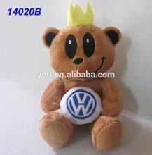 14020B <span class=keywords><strong>volkswagen</strong></span> insignia del coche celebrada por el oso de peluche