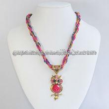 Búho collar del rosario de la manera