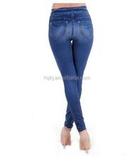Dama de la moda pantalon vaquero jeans ajustados toga y birrete