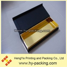 la superficie en relieve musculoso caja de recuerdos con la pared interna de oro que brilla intensamente