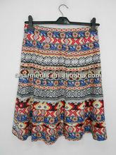 las niñas de la modaimpreso en faldas cortas