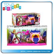 La moda de plástico coche de muñecas caballo y de la muchacha de los cabritos