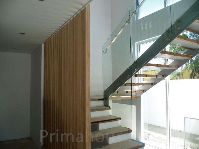 viga de hierro pasos escaleras rectas de madera con barandilla de vidrio para los precios externos