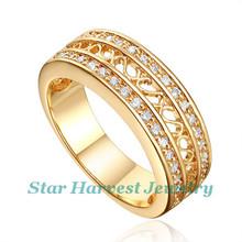 Noble y elegante oro con zafiro y diamantes de anillo compromiso
