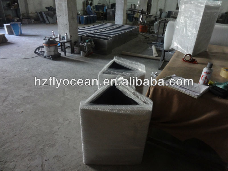 Fo 9025 dreieck aus edelstahl pflanzer container for Fliegen aus blumentopf