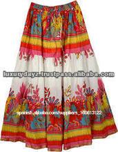 de largo y brillante falda