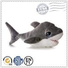 bastante bonita de tiburón de dibujos animados de juguete de felpa